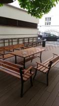 Drewniane stoły i ławki ogrodowe na metalowym stelażu