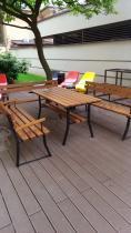 Drewniany stół ogrodowy z ławkami na dużym podwórku