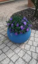 Duża doniczka ogrodowa w niebieskim kolorze wyglądająca jak wyplatana