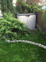 Duża szafa ogrodowa idealnie wpasowana w krajobraz
