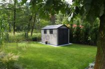 Duży domek narzędziowy z tworzywa Keter Oakland 7511 w zielonym ogrodzie
