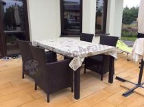 Duży stół ogrodowy rozkładany przykryty ceratą