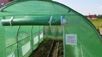 Duży tunel foliowy do ochrony sadzonek wzmocniony zieloną siatką