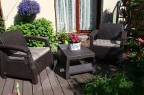 Dwa fotele ogrodowe ze stolikiem kawowym w brązowym kolorze Keter Corfu