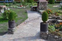 Elegancka doniczka Keter w stylowym ogrodzie
