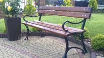 Elegancka drewniana ławka ogrodowa z podłokietnikami