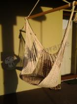 Elegancki fotel hamakowy w promieniach zachodzącego słońca