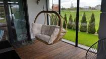 Elegancki kosz wiszący drewniany z poduszką ecru