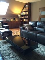 Elegancki stolik w wysokim połysku używany w salonie
