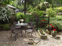 Elegancki zestaw ogrodowy metalowy używany podczas podwieczorku