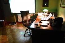 Eleganckie biuro z czarnym fotelem Next