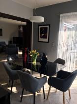 Eleganckie krzesła do salonu z nogami pomalowanymi na czarno