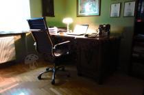 Fotel biurowy na kółkach z metalowymi podłokietnikami