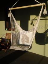 Fotel hamakowy siatkowy z ozdobnymi poduszkami