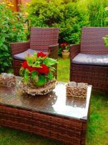 Fotele ogrodowe z technorattanu w uroczym zakątku