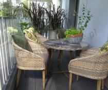 Fotele z rattanu na taras jasna plecionka z okrągłym stołem z szybą