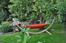 Hamak ze stelażem drewnianym w pięknym ogrodzie