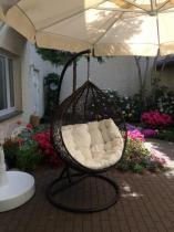 Huśtawka do ogrodu w nowoczesnym stylu Cocoon w kolorze brąz i biel