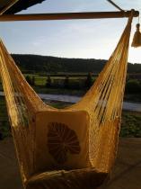 Huśtawka hamakowa bawełniana uzupełniona ozdobnymi poduszkami