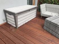 Jasna skrzynia ogrodowa na poduszki wzorowana na drewno Keter Brushwood