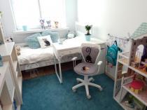 Jasny pokój sześciolatki z fotelem Ministyle White