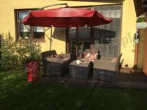 Komplet mebli ogrodowych Corona Box ustawiony pod parasolem