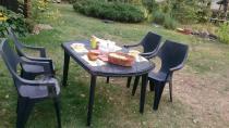 Komplet mebli stołowych do ogrodu podczas obiadu