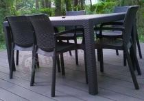 Komplet stołowy technorattan look na przydomowym tarasie