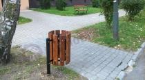 Kosz na śmieci parkowy z wyjmowanym wkładem wykończony drewnem