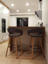 Krzesła barowe drewniane tapicerowane Actona Grace