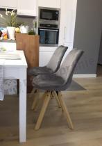 Krzesła do jadalni drewniane szare zestawione z białym stołem