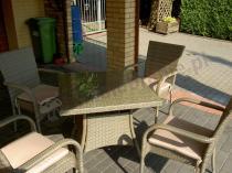 Krzesła ogrodowe i stół z technorattanu szare z poduszkami latte