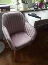 Krzesło kubełkowe pudrowy róż welur Actona Emilia z biurkiem Neptun