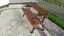 Ładna ławka z podłokietnikami na eleganckiej kostce u naszego klienta