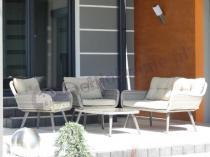 Ładne meble ogrodowe z jasnymi poduszkami technorattan Asturito