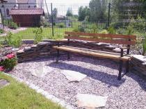 Ławka do ogrodu drewniana w urokliwym ogrodzie