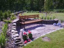 Ławka drewniana do ogrodu w ciekawej aranżacji