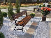 Ławka drewniana wykorzystywana jako ławeczka cmentarna