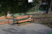 Ławka drewniana z podłokietnikami na skwer Tulipan