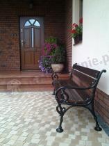 Ławka drewniana żeliwna przed eleganckim domem