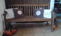 Ławka ogrodowa z akacji używana na tarasie przez zadowolonego klienta
