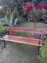 Ławka ogrodowa z podłokietnikami w pięknym ogrodzie