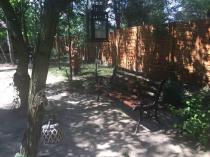 Ławka ogrodowa żeliwna w otoczeniu latarenek