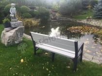 Ławka parkowa plastikowa Keter Montero w eleganckim ogrodzie