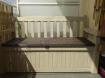 Ławka ze skrzynią Keter ustawiona na miejskim balkonie