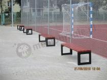 Ławki miejskie stalowe ustawione przy szkolnym boisku