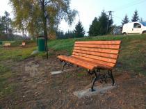 Ławki ogrodowe drewniane w parku miejskim w Zakrzówku Szlacheckim