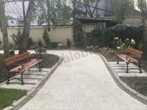 Ławki parkowe drewniane używane w pięknym ogrodzie