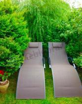 Leżak ogrodowy z textiline na tle zieleni