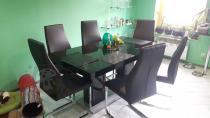 Linosa 2 w kuchni w czarnym kolorze z sześcioma krzesłami